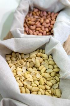Amendoim em um saco de juta.
