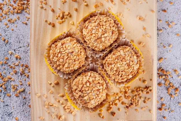 Amendoim gourmet brigadeiro. doce típico brasileiro. vista do topo