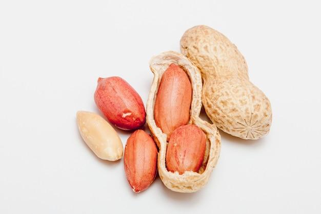 Amendoim grande descascado, close-up de feijão na casca