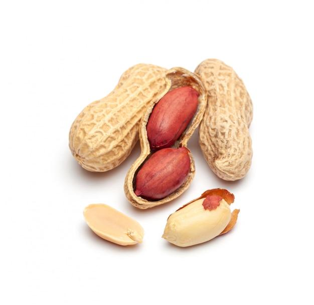 Amendoim seco em casca closeup isolado no branco.