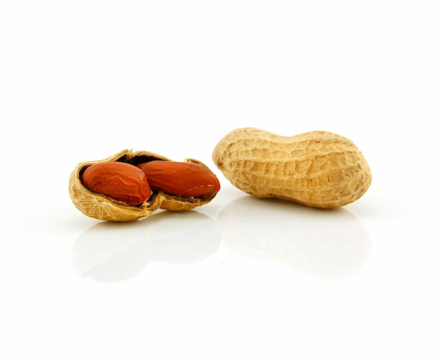Amendoim seco maduro isolado no branco