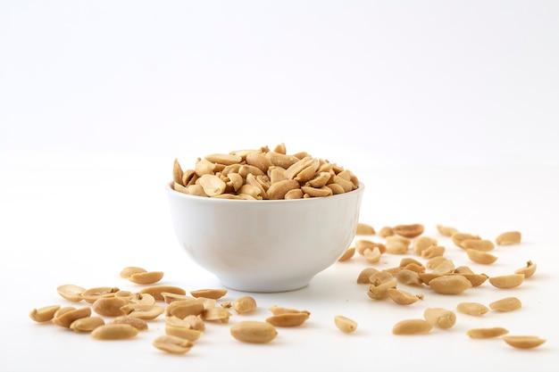 Amendoim torrado e sal em uma tigela