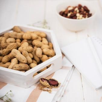 Amendoins close-up na mesa de madeira
