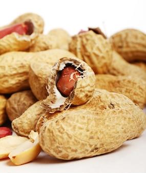 Amendoins frescos em branco