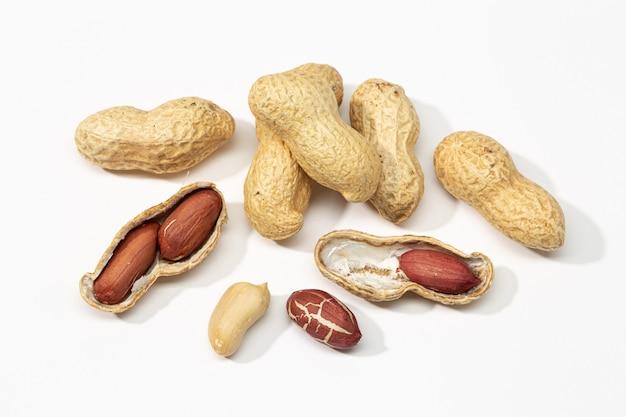 Amendoins secos isolados no branco. arachis hypogaea
