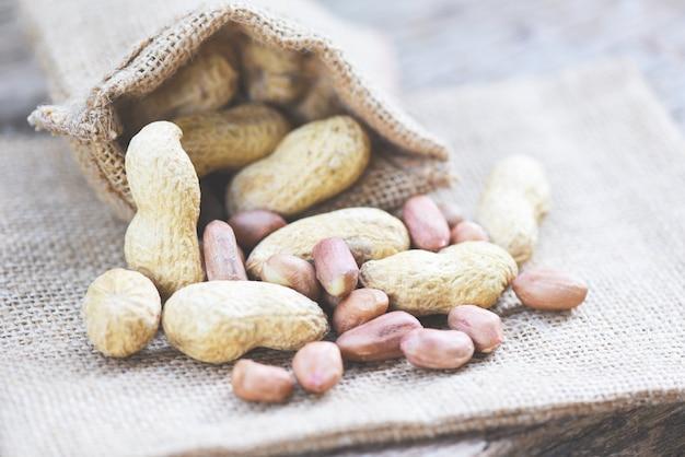 Amendoins torrados no saco. amendoim com casca para comida ou lanche