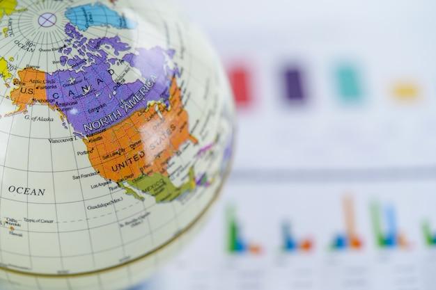 América, mapa-múndi globo no papel de gráfico de gráfico. finanças, conta, estatística, investimento.