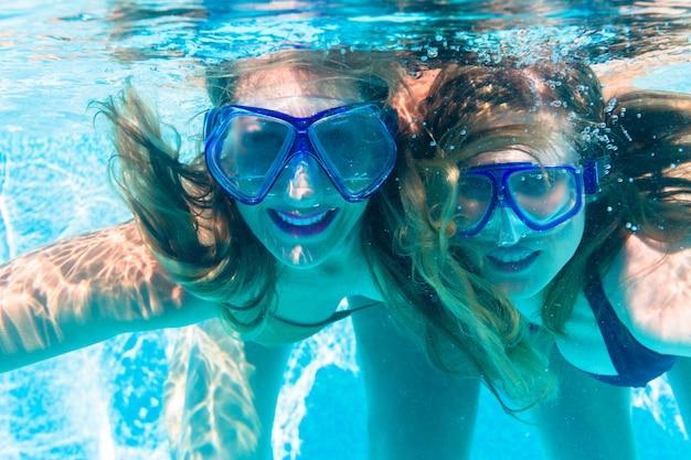 Amiga, mergulhar, debaixo d'água, em, recurso, piscina