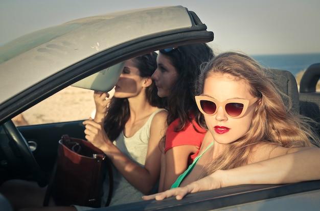 Amigas bonitas em uma viagem de carro