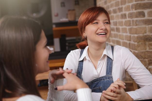 Amigas conversando no café