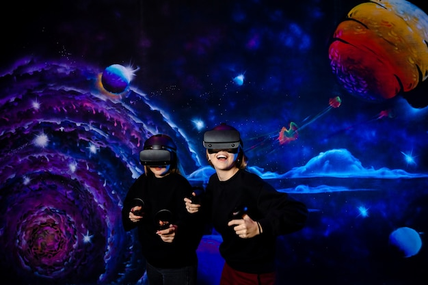 Amigas de duas irmãs com óculos virtuais se divertem juntas e jogam videogame. Foto Premium