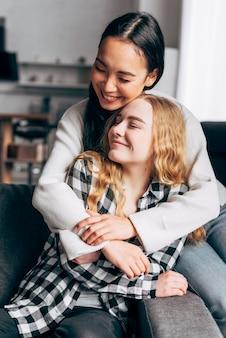 Amigas em casa abraçando