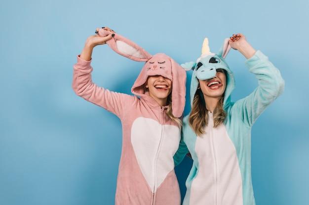 Amigas engraçadas posando em kigurumi
