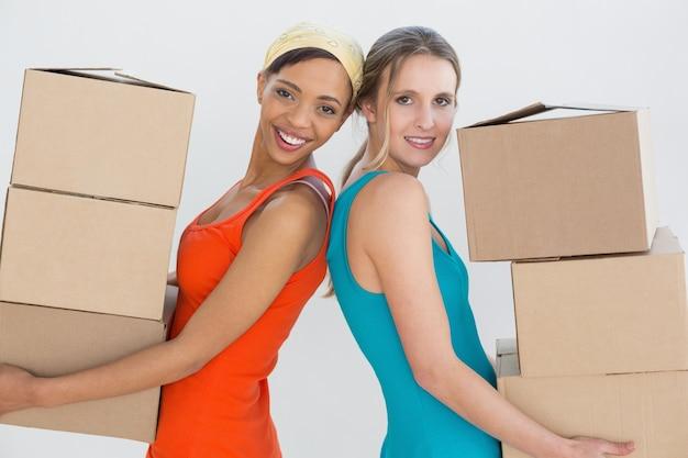 Amigas femininas se mudando em uma nova casa
