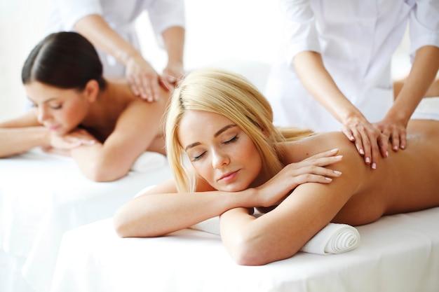 Amigas lindas fazendo massagens no spa
