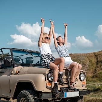 Amigas sorridentes se divertindo enquanto viajam de carro