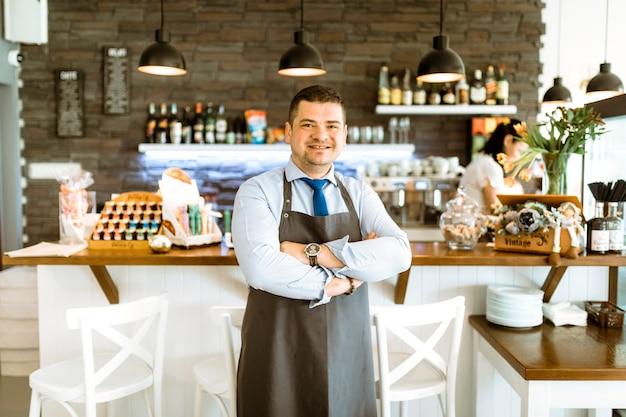Amigável barman com braços cruzados