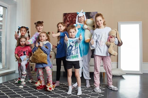 Amigável família grande em pijama