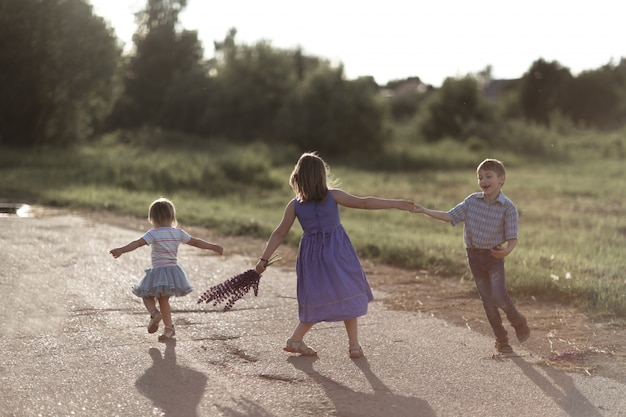 Amigo das crianças dançar emocionalmente e brincar fora