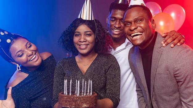 Amigo de vista frontal e bolo de feliz aniversário