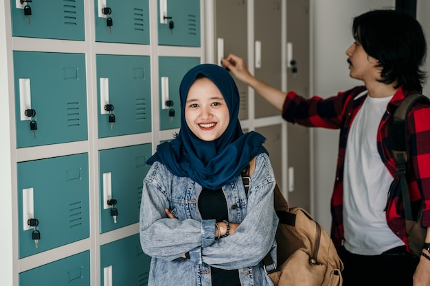 Amigo estudante muçulmano asiático no vestiário