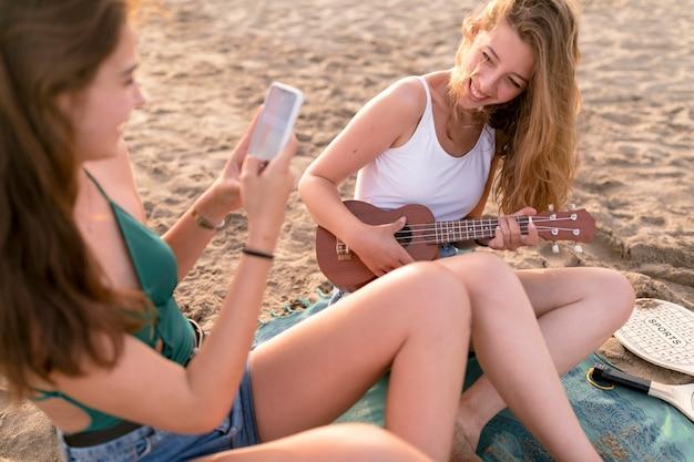 Amigo, levando, selfie menina, tocando, ukulele, em, praia