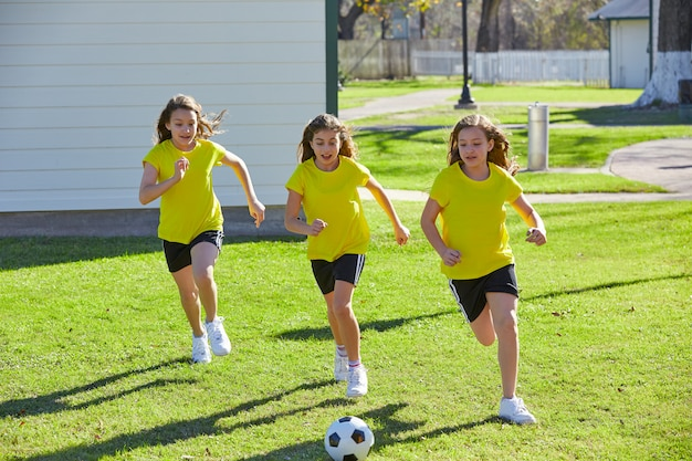 Amigo meninas adolescentes jogando futebol futebol em um parque