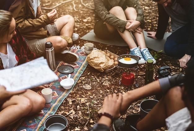 Amigos, acampamento, em, a, floresta, junto