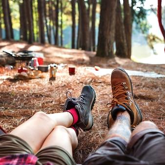 Amigos, acampamento, em, a, floresta