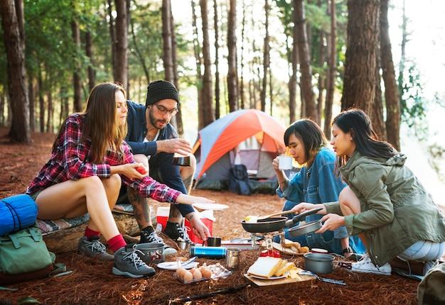 Amigos, acampando, cozinhar, pequeno almoço, conceito
