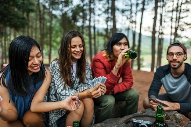 Amigos, acampando o conceito de cartas de jogar