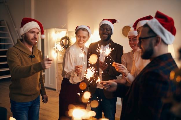 Amigos acendendo estrelinhas na festa de natal