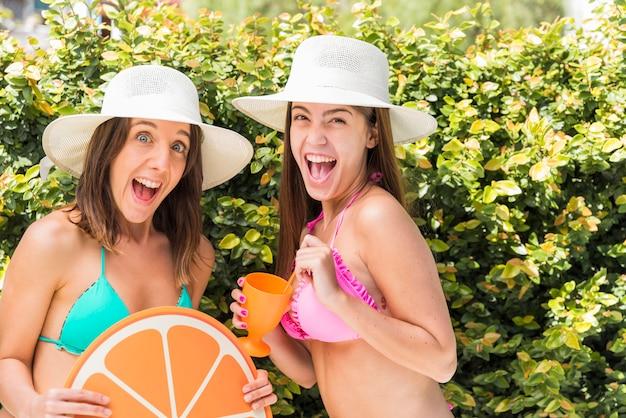 Amigos adolescentes alegres das mulheres que apreciam o resto
