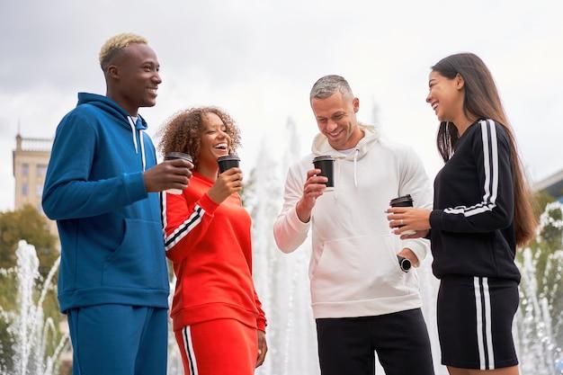 Amigos adolescentes de pessoas de grupos multiétnicos. estudante afro-americano, asiático, caucasiano, passando um tempo juntos amizade multirracial