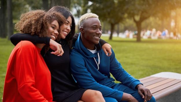 Amigos adolescentes de pessoas de grupos multiétnicos. estudante afro-americano, asiático, passando um tempo juntos amizade multirracial