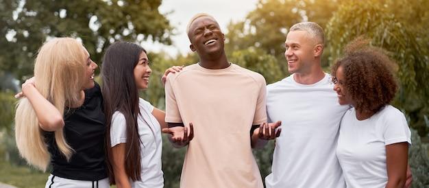 Amigos adolescentes de pessoas de grupos multiétnicos.