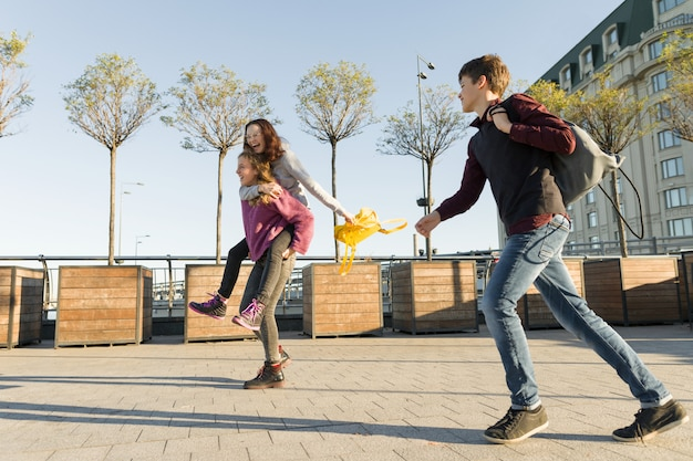 Amigos adolescentes estudantes com mochilas escolares