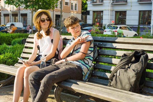 Amigos adolescentes menina e menino