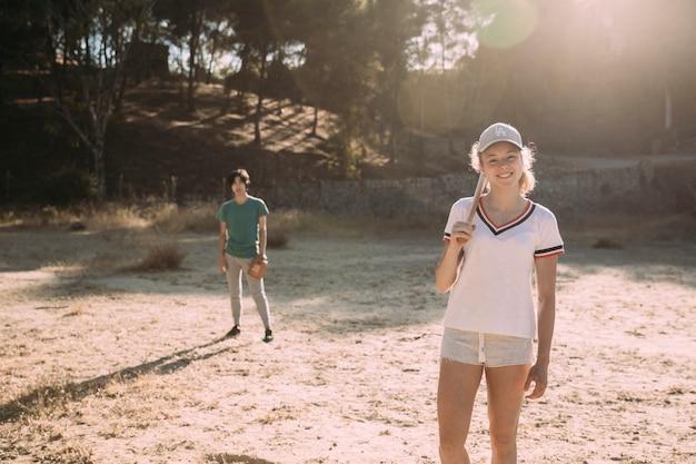 Amigos adolescentes multirraciais prontos para jogo de beisebol