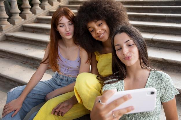 Amigos adolescentes passando um tempo juntos