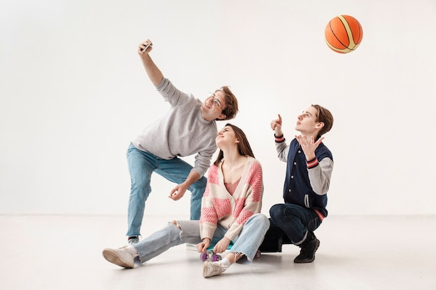 Amigos adolescentes tomando selfie