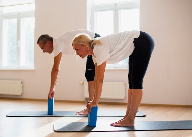 Amigos adultos treinando juntos na academia