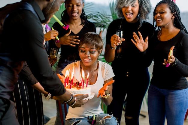 Amigos afro-americanos comemorando um aniversário juntos na boate