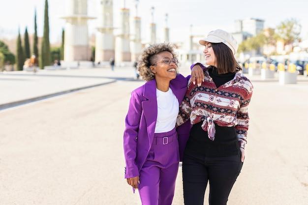 Amigos afro-americanos e caucasianos rindo alegremente