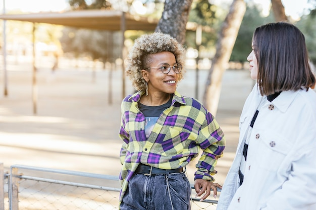 Amigos afro-americanos e caucasianos rindo felizes