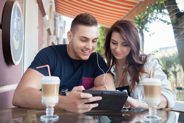 Amigos alegres assistindo vídeos juntos