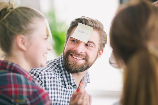 Amigos alegres com adesivos na testa conversando
