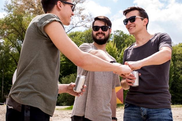 Amigos alegres, dando a colisão do punho