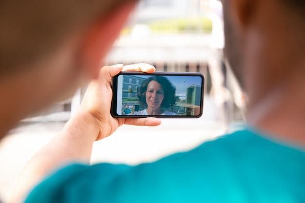 Amigos alegres durante o chat por vídeo