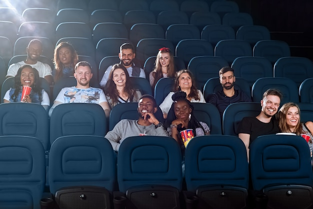Amigos alegres juntos no cinema